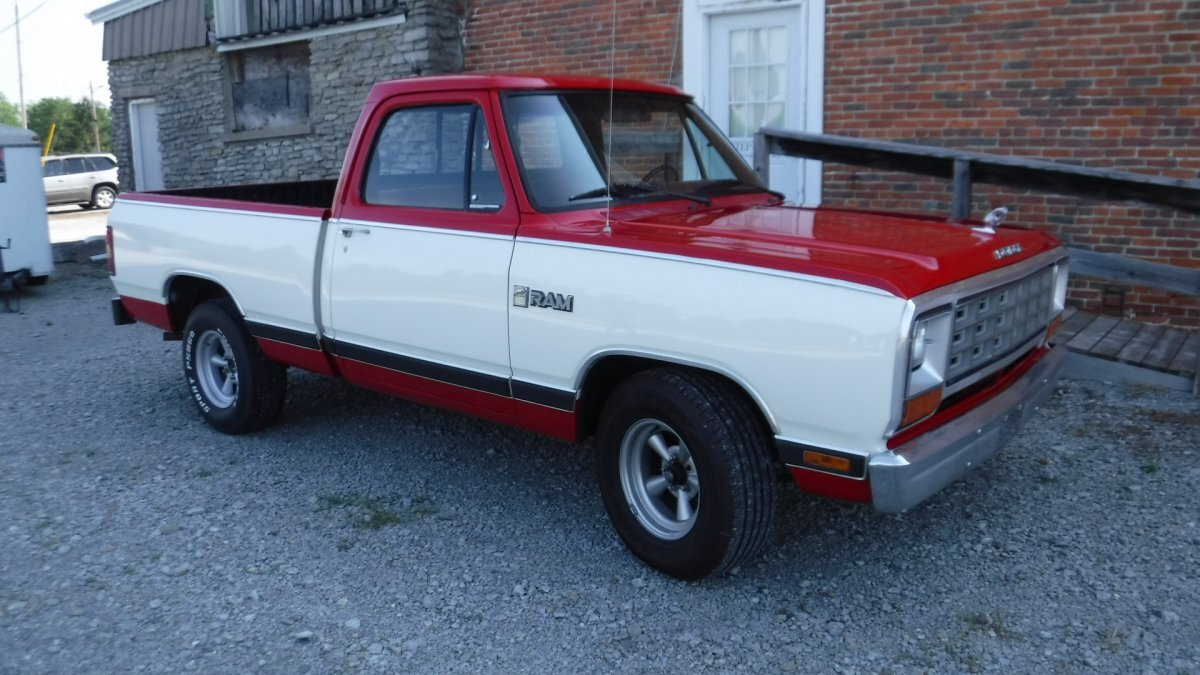1983 DODGE D-100 SHORT BOX SHORT BOX 2 WD V8, AUTO in Milford, OH