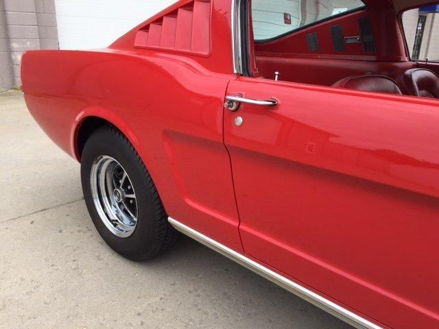 1965 FORD MUSTANG FASTBACK 2+2 FASTBACK V8, 4 SPEED RED/ RED - Photo