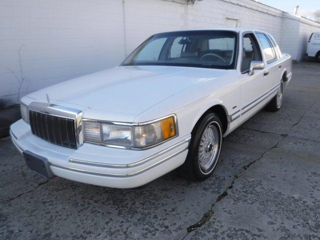 1992 LINCOLN TOWN CAR EXECUTIVE SERIES in Milford, OH